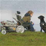 jongen in rolstoel met hond