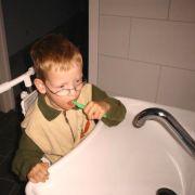 tanden poetsen aan wastafel